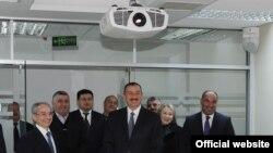 Ильхам Алиев на видеосвязи с Рамизом Рзаевым, Огуз, 16 ноября 2011