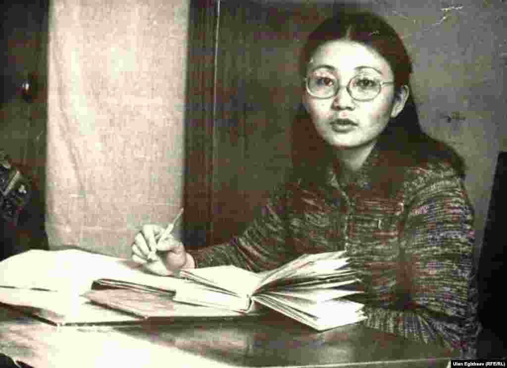 Экс-президент Роза Отунбаева во время работы в Национальном университете. 1978 год.