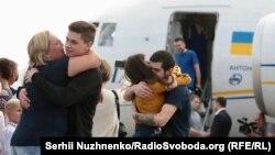 Родичі зустрічають кількох зі звільнених моряків на летовищі «Бориспіль», 7 вересня 2019 року