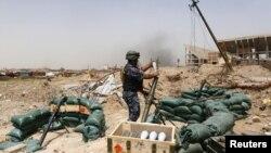 Боєць Федеральної поліції Іраку готується до пострілу по позиціях екстремістів, західна частина Мосула, 11 травня 2017 року