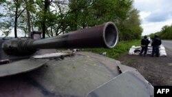 Украинский танк в пригороде Славянска. 5 мая 2014 года.