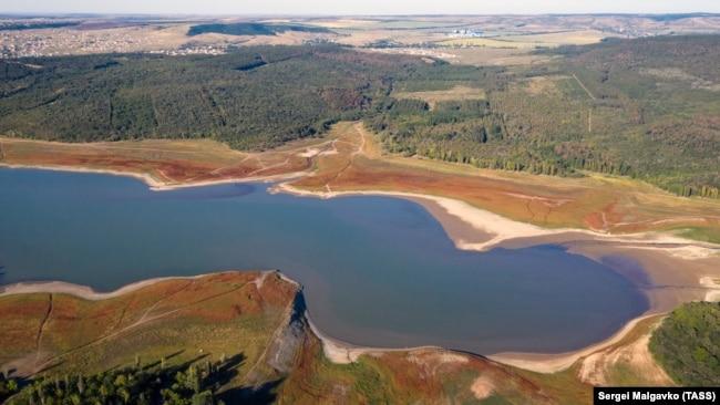 Обмелевшее Симферопольское водохранилище, август 2020 года