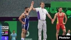 Азербайджан - Армянский борец Мигран Арутюнян (слева) после победы в одном из поединков на Европейских играх в Баку, 14 июня 2015 г․