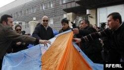 Оппозиция тарапкерлери президент Саакашвилинин резиденциясынын жанына чатыр тигишүүдө, 13-апрель 2009