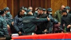 Videón, ahogy tüntetők törnek be az örmény parlamentbe