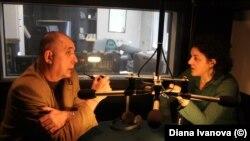 """Георги Коритаров и Диана Иванова в студиото на Радио Свободна Европа на бул. """"Витоша"""" 18. Към тази дата медията вече не съществува, но студиото е все още запазено."""