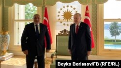 Лидерът на ГЕРБ Бойко Борисов посети турския президент Реджеп Тайип Ердоган седмица преди изборите. По-рано държавният глава прие и делегация на ДПС