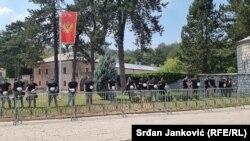 Полициски кордон околу манастирот Цетиње во Црна Гора, откако неколку илјади луѓе се собраа да протестираат против устоличувањето на митрополитот на СПЦ Јоаникиј.
