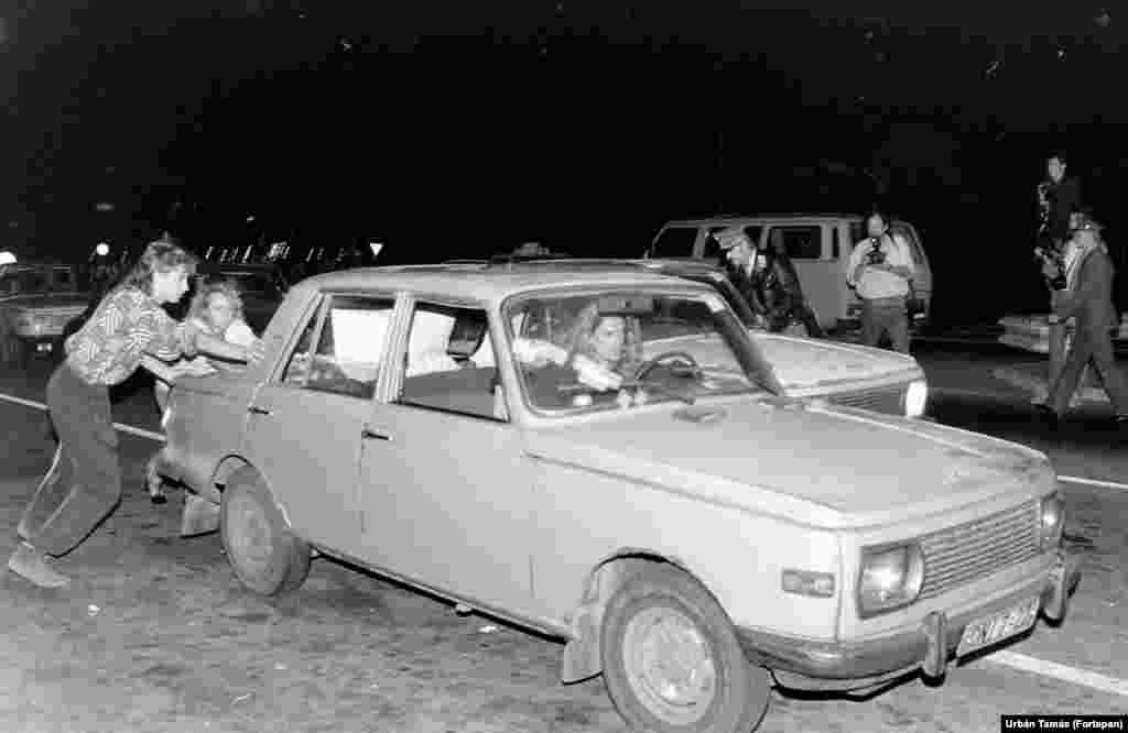 Egy Wartburggal haladnak át a hegyeshalmi határátkelőn. A határokat hivatalosan 1989. szeptember 10-én 24 órakor nyitották meg