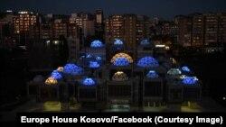 Më 9 maj në Ditën e Evropës, kupolat e Biblotekës Kombëtare të Kosovës u ndriquan me ngjyrat e Bashkimit Evropian.