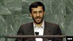 محمود احمدی نژاد، در سال ۲۰۰۵ در نشست مجمع عمومی سازمان ملل شرکت و سخنرانی کرد.