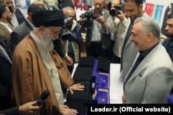 دانایی هوشیار (راست) مدیرعامل پیشین شرکت حجاب در جریان بازدید رهبر جمهوری اسلامی از غرفه این شرکت در نمایشگاه کالای ایرانی
