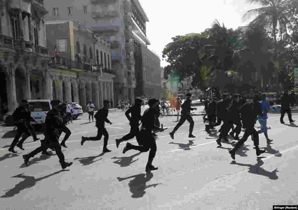 Сотрудники полиции бегут на подавление протеста