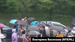 Нөшөрлөгөн жаанда акцияга чыккан Хабаровск шаарынын тургундары. 1-август, 2020-жыл.