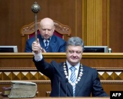 Украина президенті Петр Порошенко ұлықтау рәсімінде билік символын ұстап тұр. Киев, 7 маусым 2014 жыл.