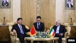محمدجواد ظریف، وزیر امورخارجه ایران در فرودگاه مهرآباد از رئیس جمهور چین استقبال کرد.