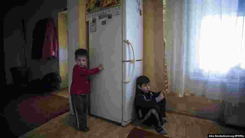 Племянники Рефата, старшие сыновья Ление, играют в кухне бабушкиного дома