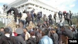 Митингчилер Ак үйдүн тосмосунан ашып түшүүдө. 3-октябрь, 2012.