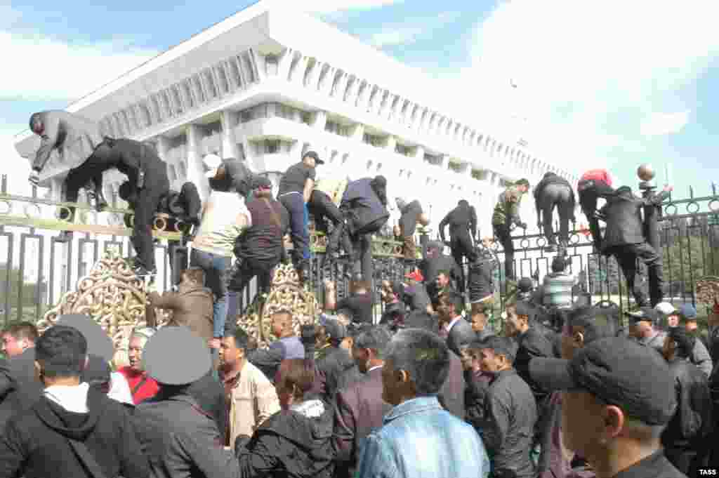 Some protesters attempt to enter the fenced perimeter around the parliament building.