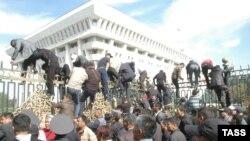 Митингчилер Ак үйдүн короосуна ашып түшүүдө. Бишкек, 3-октябрь, 2012.