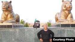 63 яшар саёҳатчи Адҳам Ҳасановга сафарлари давомида Ўзбекистоннинг кичкина байроғи доимий ҳамроҳ бўлган.