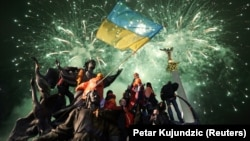 Военные, дипломаты, журналисты, жители оккупированных территорий и обычные украинцы. Всех их объединяет любовь к своему флагу