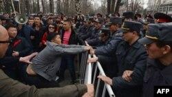 Митинг в поддержку экс-депутата ЖК Садыра Жапарова возле здания ГКНБ. 25 марта 2017 года.