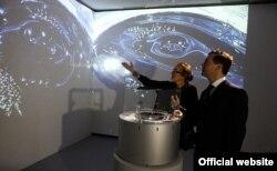 Директор Мультимедиа-арт музея Ольга Свиблова и президент Дмитрий Медведев осматривают экспозицию музея перед встречей с деятелями культуры