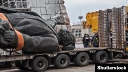 Vladimir Leninin Zaparojyedəki heykəli sökülür