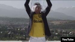 Бизнесмен Кайрат Кудайберген участвует в акции Ice Bucket Challenge.