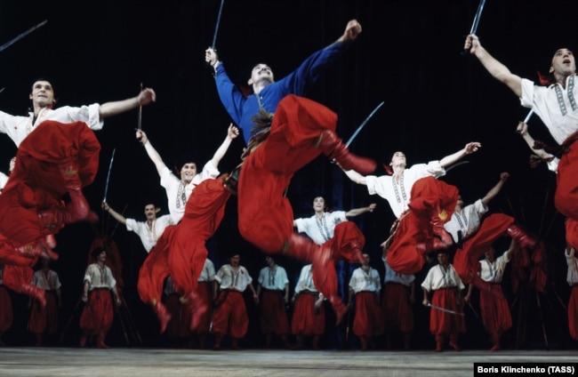 Фото пізнішого періоду. Артисти Національного заслуженого академічного ансамблю танцю України імені Павла Вірського під час танцю «Запорожці», 1977 рік