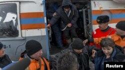 Сотрудники МЧС России встречают спасенных с затонувшего траулера «Дальний Восток» моряков. Магадан, 2 апреля 2015 года.