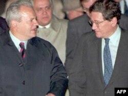 Slobodan Milošević (L) i Ričard Holbruk uoči početka pregovora u Dejtonu.