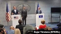 Kryeministri i Kosovës Avdullah Hoti, Adam Boehler, kryeshef ekzekutiv i Koorporatës Ndërkombëtare të Financave dhe Zhvillimit në SHBA dhe i dërguari i posaçëm i Shtëpisë së Bardhë për dialogun mes Kosovës dhe Serbisë, Richard Grenell.