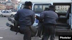 Ոստիկանները Հանրապետության հրապարակից բերման են ենթարկում ակտիվիստ Վարդգես Գասպարիին, Երեւան, 3-ը մարտի, 2011թ.