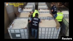 Olasz rendőrök foglalnak le Salernoban az ISIS által exportált amfetaminszállítmányt.