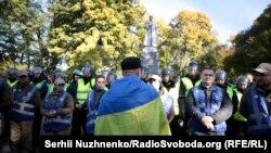 Полиция и националисты у памятника Николаю Ватутину