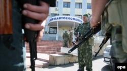 Пророссийские активисты перед зданием Госавтоинспекции в Луганске, 6 мая 2014