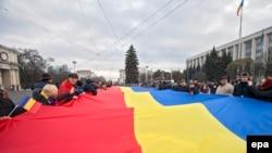 Drapelul României la o demonstrație care a marcat Ziua unității naționale, Chișinău, 1 decembrie 2016.