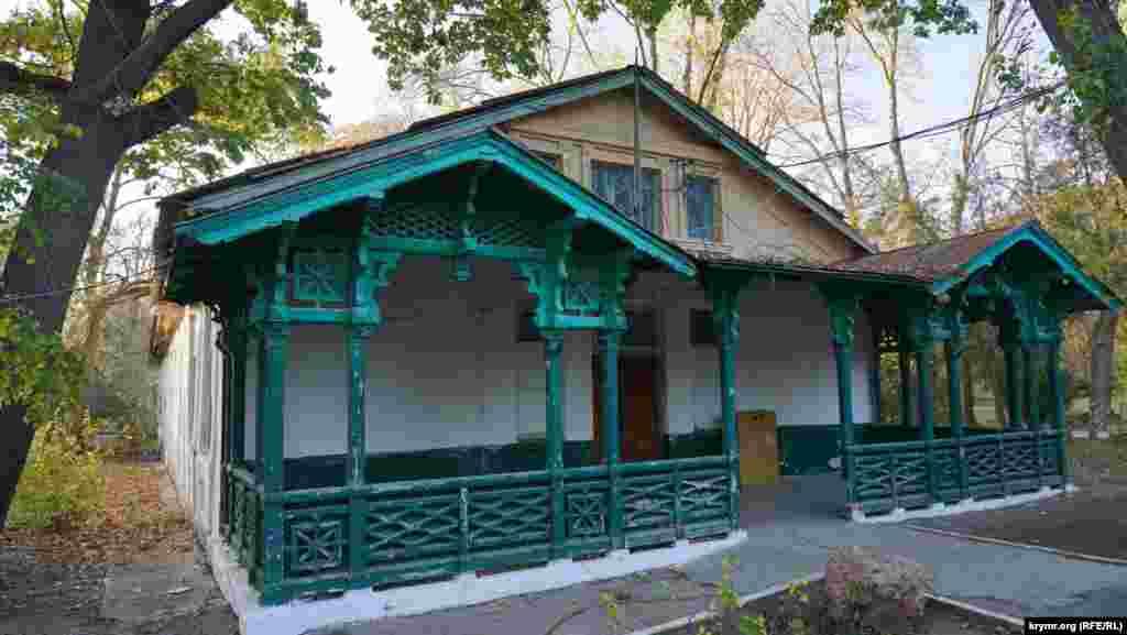 Старовинний корпус санаторію «Саки» вже не діючий