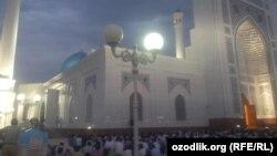 """Мусульмане Узбекистана прочитали праздничный намаз в центральной мечети """"Минор""""."""