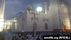 Ташкентские мусульмане в мечети «Минор» в день прошлогоднего Рамадана.