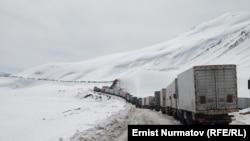 Автодорога между Кыргызстаном и Китаем Ош - Сары-Таш - Карамык, 30 марта 2012 года.