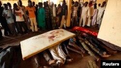 Republika Qendrore Afrikane - Njerëzit vajtojnë familjarët e vrarë gjatë luftimeve në Bangui, 05 dhjetor, 2013 (Ilustrim)