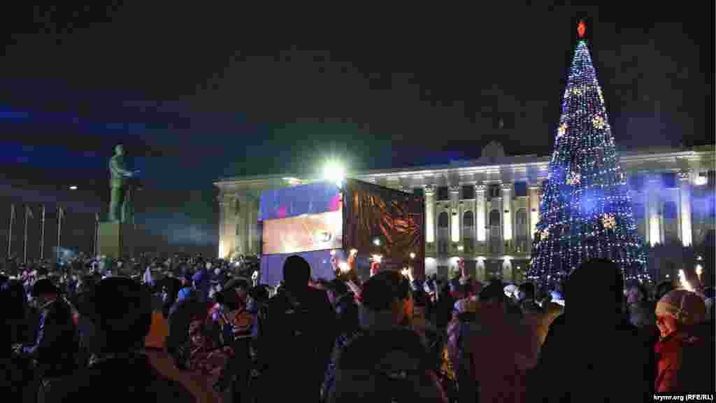 Яскраво освітлені були тільки міська новорічна ялинка, сцена і будівля Ради міністрів, більшість вуличних ліхтарів була вимкнена