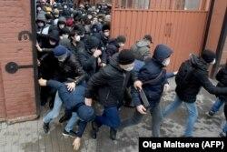 Черга мігрантів на продовження права на роботу і посвідчень на тимчасове перебування в Росії. Санкт-Петербург, 3 квітня 2020 року