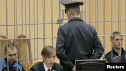 Подозреваемые Дмитрий Коновалов (слева) и Владислав Ковалёв (справа). Минск, 15 сентября 2011 года.