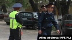 Бомба жарылған маңды күзетіп тұрған полицейлер. Ақтөбе, 17 мамыр 2011 жыл. (Көрнекі сурет)