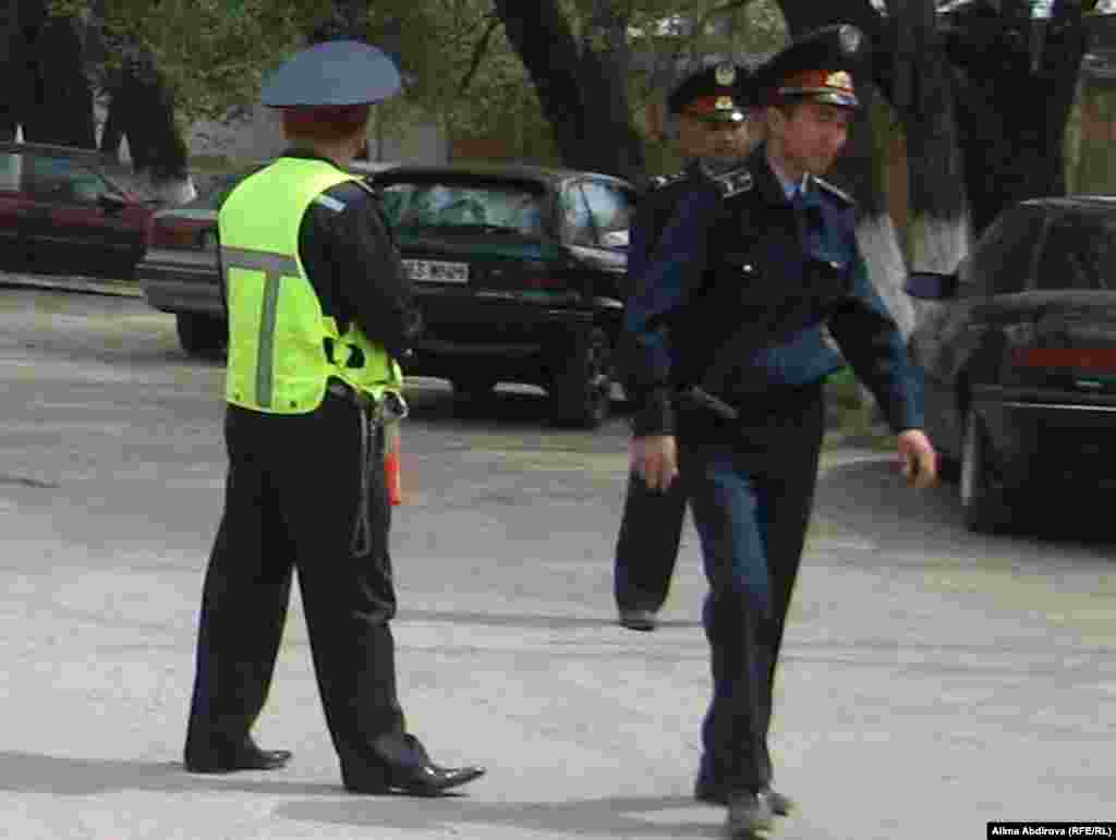 Ақтөбе облыстық ҰҚКД алдында Рахымжан Махатов өзін-өзі жарғаннан кейін полицейлер аумақты күзетіп жүр. Ақтөбе, 17 мамыр 2011 жыл.