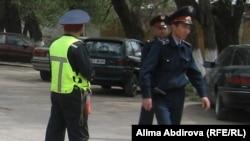 Полицейлер бомба жарылған аумақты күзетіп тұр. Ақтөбе, 17 мамыр 2011 жыл.